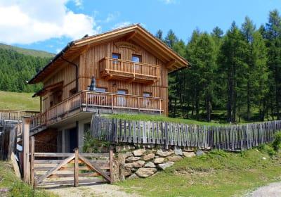 Sowohl die Lärchwiesenhütte als auch ihre Umgebung laden Sie dazu ein, Freiheit zu spüren und in schönen Momenten zu verweilen.
