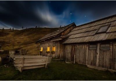 Hüttenansicht bei Nacht