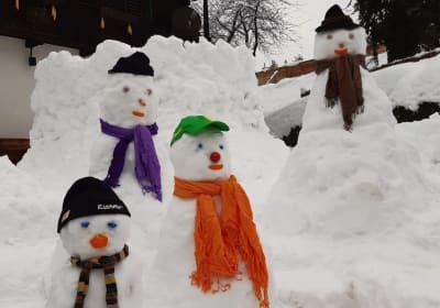 Schneeburg und Schneemänner begrüßen