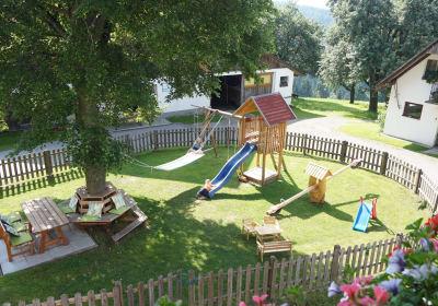 eingezäunter Kinderspielplatz