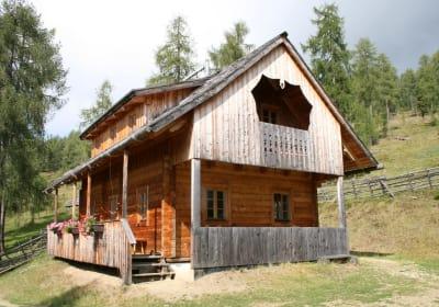 Matlhütte umgeben von Zirben und Lärchen
