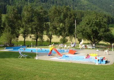 Schwimmbad mit großem Kinderspielplatz