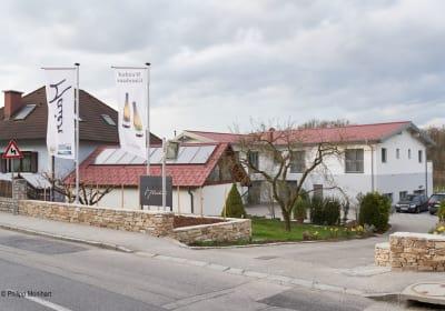 Weinhof Maier - Einfahrtsbereich