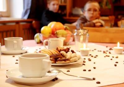 Hier verwöhnen wir Sie mit einem Frühstück von meist hauseigenen Produkten