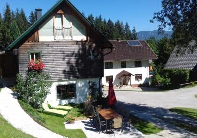 Ferienhaus - im Hintergrund unser Bauernhaus