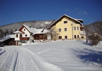 Ferienwohnung außen im Winter (am Foto mittig)