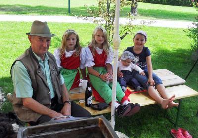 Der Bauer mit seinen Enkelkindern