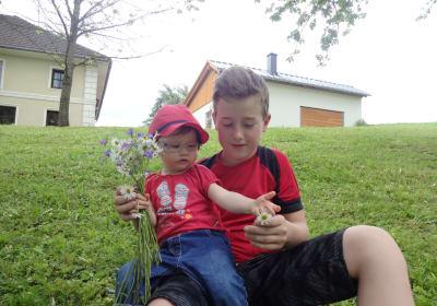 Onkel und Nichte beim Blumen pflücken