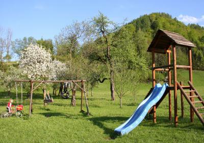 Der blühende Frühling lockt die Kinder wieder auf den großen Kinderspielplatz.