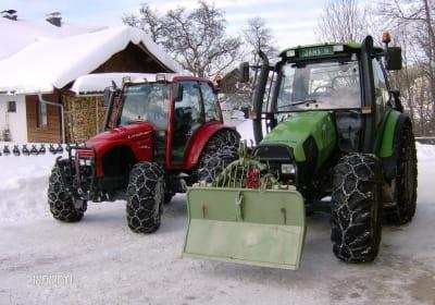Traktoren bei der Winterarbeit