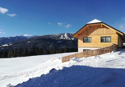 Das neue Haus im Hintergrund das Skigebiet Fanningberg