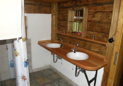 Das Badezimmer mit Regendusche