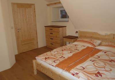 Unser Zierbenholz Zimmer ist Garant für einen erholsamen Schlaf