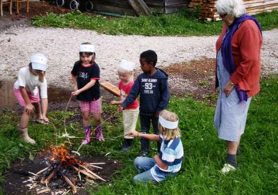 die Kinder beim Lagerfeuer
