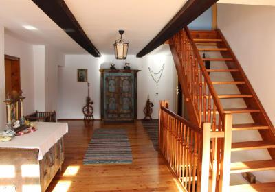 Vorhaus mit original rußgeschwärzten Balken mit Zugang auf die Sonnenterasse