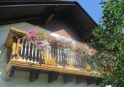 Balkon mit Blumenschmuck
