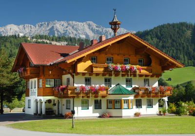 Country house - with the Dachstein massif behind it