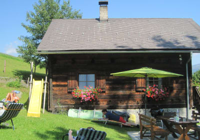 sonnige und schattige Plätze zum Chillen vor der Dorferhütte