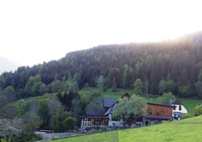Hof bei Sonnenuntergang