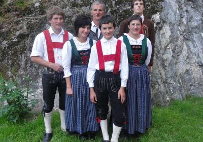 Familie Frischmann in orig. Ötztaler Tracht, die zu besonderen Anlässen, wie Brauchtumsveranstaltungen, kirchliche Festtage getragen wird
