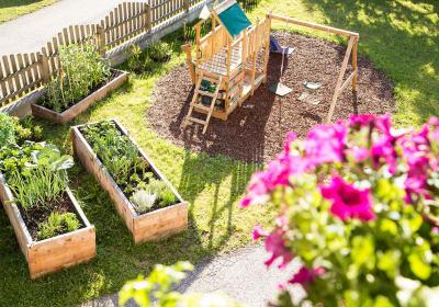 Kinderspielplatz und Garten