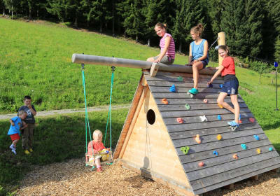 Kinderspielplatz mit Kletterstadel, Seilbahn, Trampolin, Sankiste, Kindertrettraktoren
