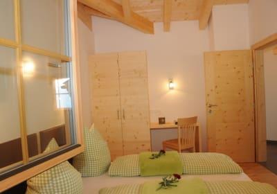 kuscheliges Schlafzimmer mit Dachstuhl auf Sicht lädt zum Wohlfühlen ein