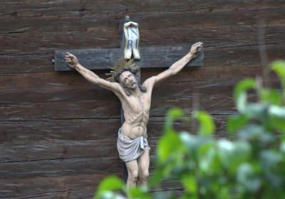 Kreuz an der Hauswand
