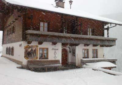 Bei Schnee und Sturm gemütliches beisammensitzen in der warmen Küche