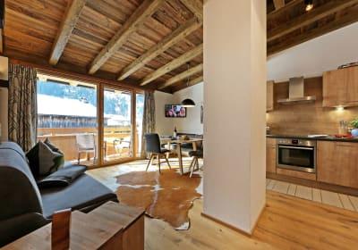Wohnbereich mit Ausgang zum Balkon - Ferienwohnung Panorama