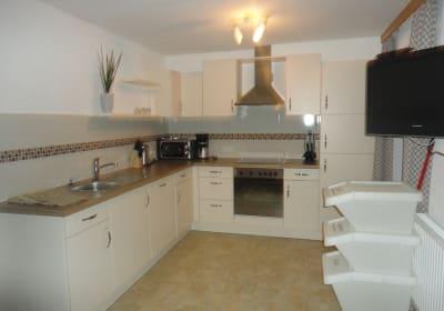 Komplett ausgestattete Küche mit viel Licht und Balkonausgang