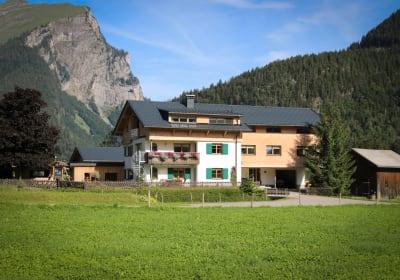 Haus Bergquell mit Pferdestall