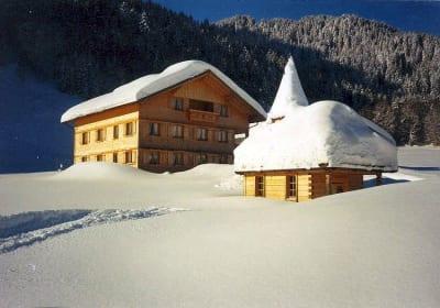 Ferienbauernhof mit Kapelle Winteransicht