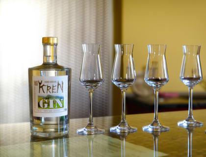 Flasche Kren Gin mit Schnapsgläsern