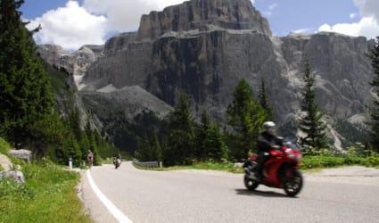 Motorradurlaub mit Apfelblüte und Bergfrühling