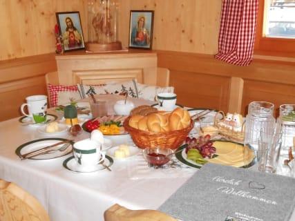 Köstliches Frühstück in der Stube