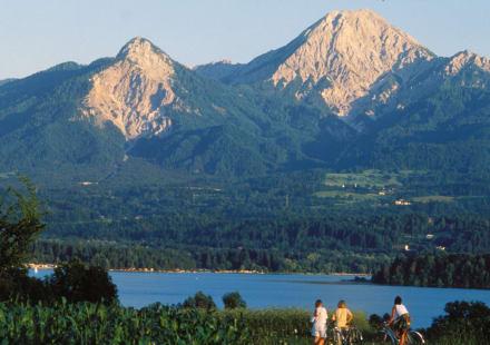 traumhaftes Panorama zwischen Bergen und See