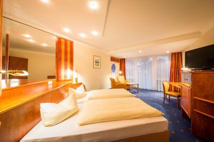25 Qm Großes Zimmer Mit Doppelbett, Ein Idyllisches Bad Mit Badewanne Und  WC, TV, Radiowecker, Telefon, Mini Kühlschrank, ...