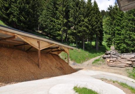 Unsere Hackschnitzel werden aus den Wäldern gewonnen und zu Hause verarbeitet und zum Heizen benutzt.