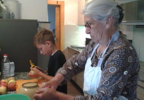 Oma Tini und Moritz beim Backen