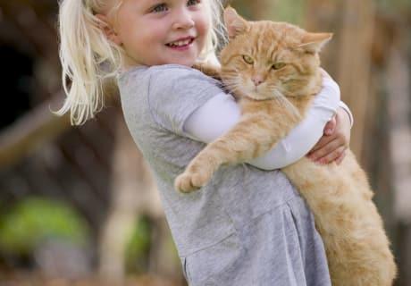 Leonie mit Hauskater Moritz