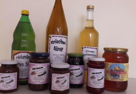 Selbstgemachte köstliche Marmeladen und Fruchtsäfte
