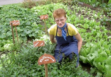 Bäuerin Herta im Kräutergarten