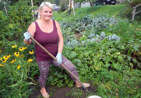 Bäuerin Heidi besitzt den grünen Daumen und lässt Ihre Gäste gerne beim Gartln über die Schulter schauen.