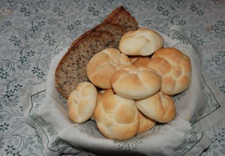 Frisch gebackenes Brot und Semmeln