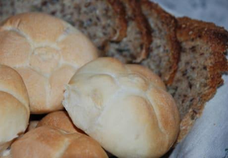 Selbstgemachte Semmeln im Brotkörberl