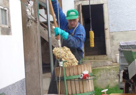 Bauer Thomas presst Apfel-Birnen-Saft Biohof Stadler