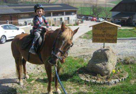 Reiterin Flora mit Pferd  Bella