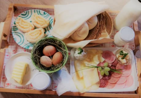 Frühstückskorb mit hofeigenen Produkten