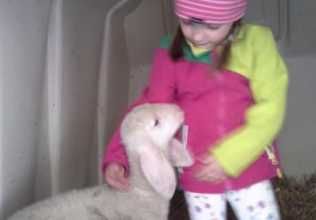 """Theresa mit ihrem Schaf """"Putzi"""""""